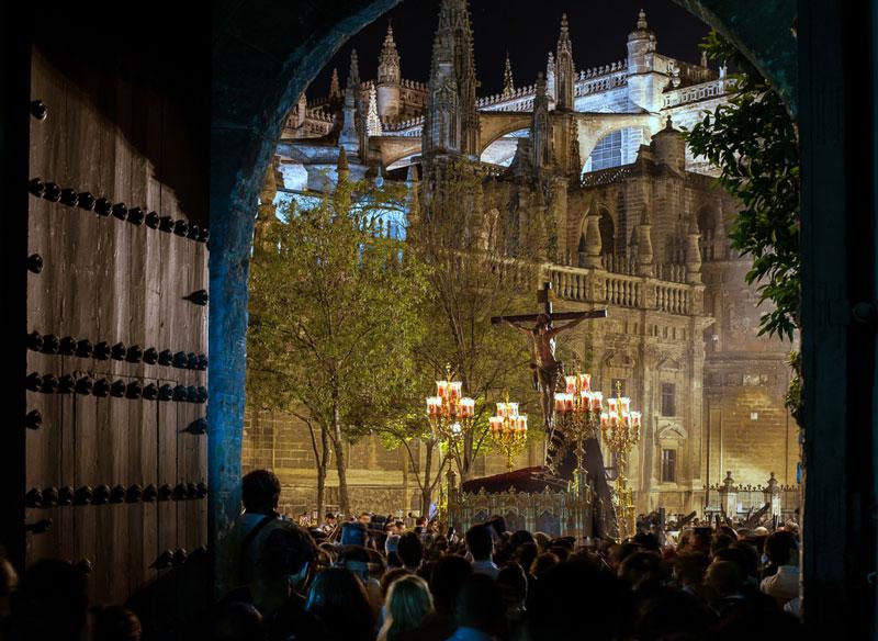 paso de semana santa en la catedral de Sevilla